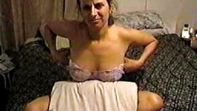 MILF follada en el coño pilla porno en audio latino a su hijastro masturbándose